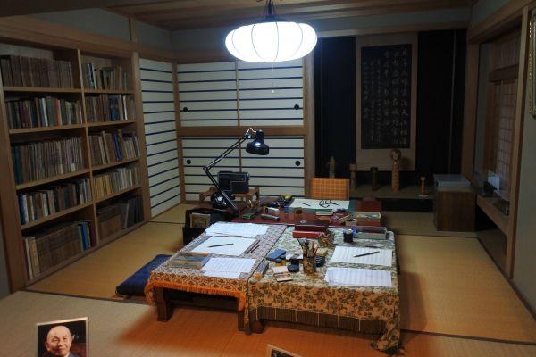 記念館内に復元された古関裕而さんの書斎=2020年10月20日