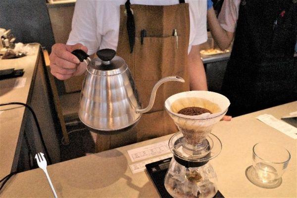コーヒーをドリップするスタッフ。働いているのは障害をもった人たち