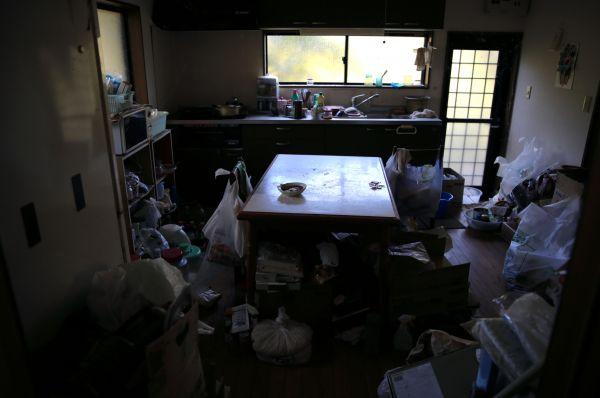 春江さんの実家の台所。震災当時の姿のまま残されている=2020年10月、福島県浪江町、三浦英之撮影