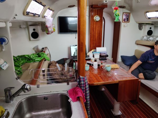船内のリビング兼寝室
