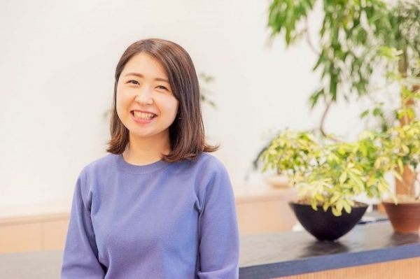 NewsPicksでスポンサードコンテンツを手がける編集者の川口あいさん=吉田一之撮影、記事は出典から
