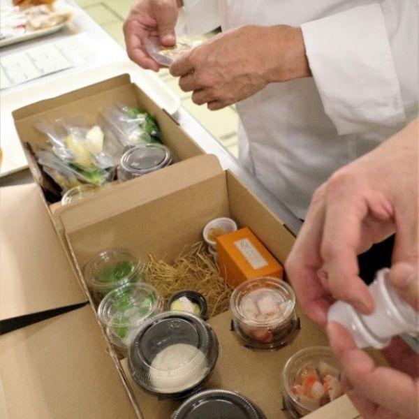 食材、ソース、スパイス一式を丁寧に梱包
