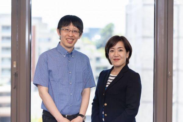 「弁護士ドットコムニュース」編集長の新志(しんし)有裕さん(写真左)、副編集長の山口紗貴子さん=吉田一之撮影、記事は出典から