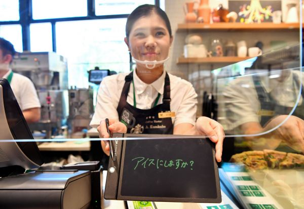 筆談用ボードでコミュニケーションを取ることができる(東京都国立市、北村玲奈撮影)