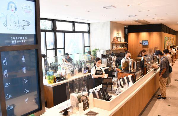 表情や手話が見えやすいように、店内には様々な工夫が凝らされている(東京都国立市、北村玲奈撮影)