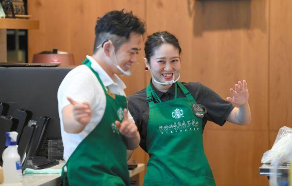 パートナー同士のコミュニケーションも手話で行われている(東京都国立市、北村玲奈撮影)