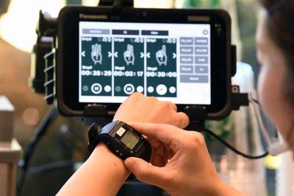 振動で呼びかけることができるウェアラブルデバイス。タイマー機能も備えている(東京都国立市、北村玲奈撮影)