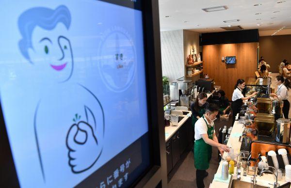デジタルサイネージには手話レッスンの動画が流れている(東京都国立市、北村玲奈撮影)