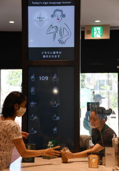 デジタルサイネージに注文番号を表示する(東京都国立市、北村玲奈撮影)