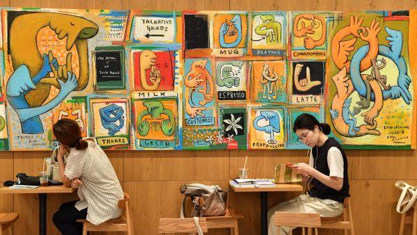 店内には手話をモチーフにした作品も展示されている(東京都国立市、北村玲奈撮影)