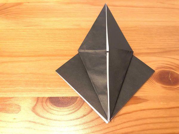 折り筋に合わせて、手前の角を上げるように折る。裏も同じようにする。ここまでは「鶴」と同じ