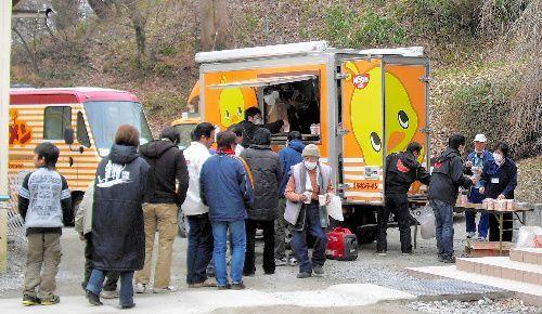 日清食品は、1日最大1800食を提供できるキッチンカーで被災地入り。主力のラーメンを被災者に提供した=2011年3月15日、福島県三春町、同社提供