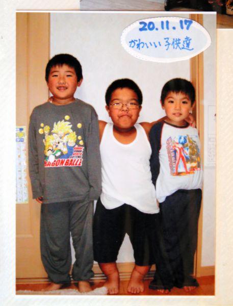 家族アルバムに貼られている3人の子どもたちの写真(門馬和枝さん提供)