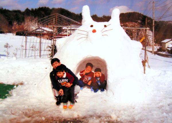 雪が降ると子どもたちと一緒にかまくらを作った。津島ではいつも大自然が身近にあった(門馬和枝さん提供)