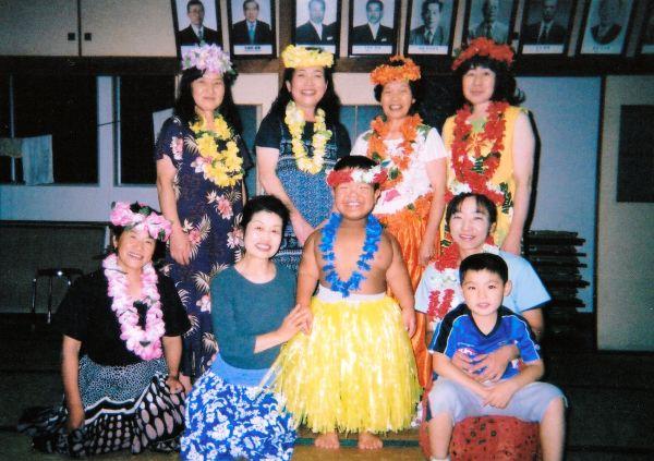 津島の人々に囲まれて、嬉しそうに笑う門馬和枝さんの長男(中央)(2008年、門馬さん提供)