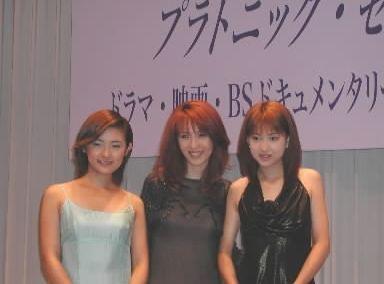 加賀美早樹さん、飯島愛さん、星野真里さん(右から)=2001年7月18日