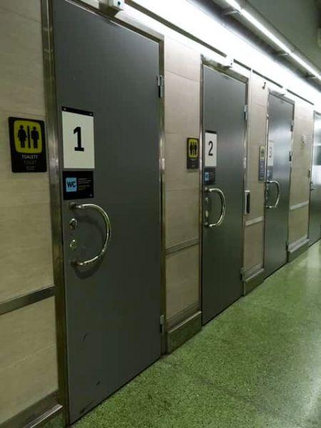 スウェーデンの首都ストックホルムにある駅のトイレ。通路に面して男女共用の個室が並ぶ=遠藤まめたさん提供