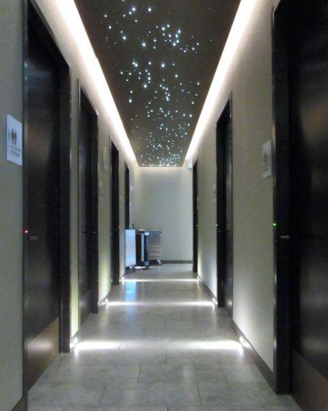 米テキサス州ヒューストンの空港にある男女共用トイレ。入り口に「ALL GENDER RESTROOM」と書かれた個室が並ぶ=川内美彦さん提供