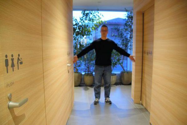 LIXILが本社内に設けている「オルタナティブトイレ」。男女共用と男女別の個室を選べるようになっている。通路が広く、開放感がある=東京都江東区、佐藤達弥撮影