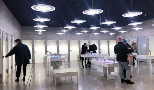 ヘルシンキ中央図書館のトイレ。中央の手洗い場の周りに男女共用の個室がずらりと並ぶ。性犯罪などを防ぐため、警備員が定期的に巡回している=フィンランド・ヘルシンキ、佐藤達弥撮影