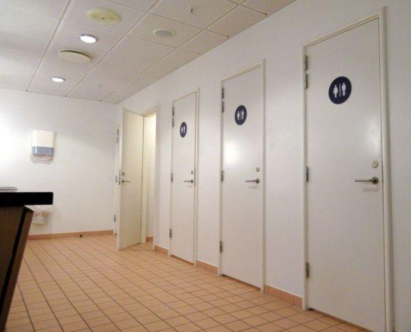 男女共用の個室が並ぶデンマーク・オールボー大学のトイレ=川内美彦さん提供