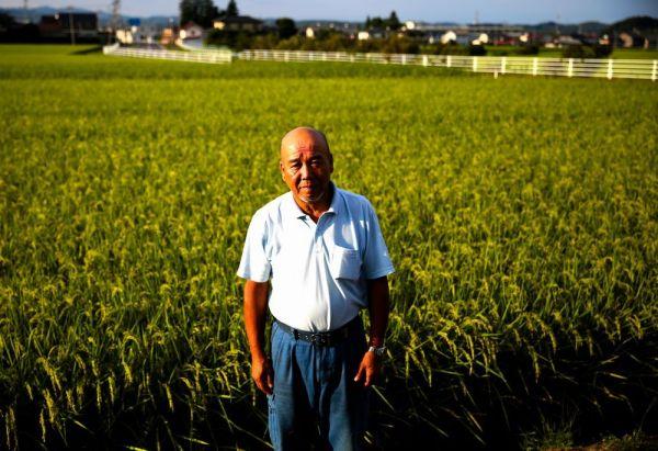 大玉村の自宅と墓を移した末永一郎さん。「それぞれの決断を尊重するべきだと思う」と述べた=2020年8月、福島県大玉村、三浦英之撮影