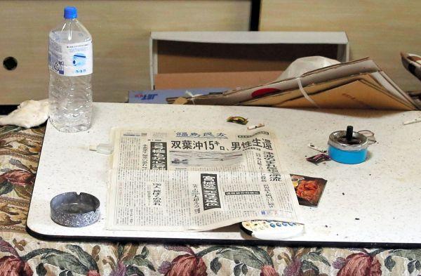 末永さんの自宅のこたつの上には、避難する直前の2011年3月14日の朝刊がそのまま置かれていた=2018年9月、福島県浪江町、三浦英之撮影