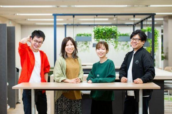 フリーランスの編集者として活動する(左から)西山武志さん、木村衣里さん、あかしゆかさん、長谷川賢人さん=栃久保誠撮影