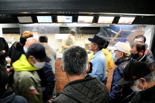 「水明亭」のうどん、そばを食べるために列をつくる人たち=11月14日