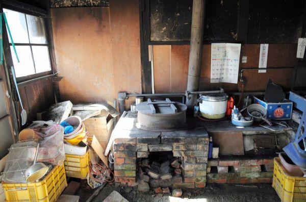 石井さんがかつて使っていたかまどと調理場=2020年10月、福島県浪江町津島地区、三浦英之撮影