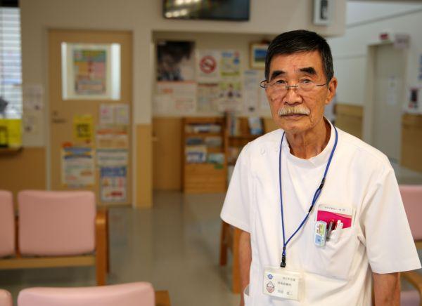 新しい仮設津島診療所に立つ関根医師=2020年9月、福島県二本松市油井、三浦英之撮影