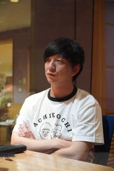 ラジオについて話すパンサー向井さん。手元には「黒い手帳」がある=2020年12月1日、名古屋市中区のCBCラジオ本社
