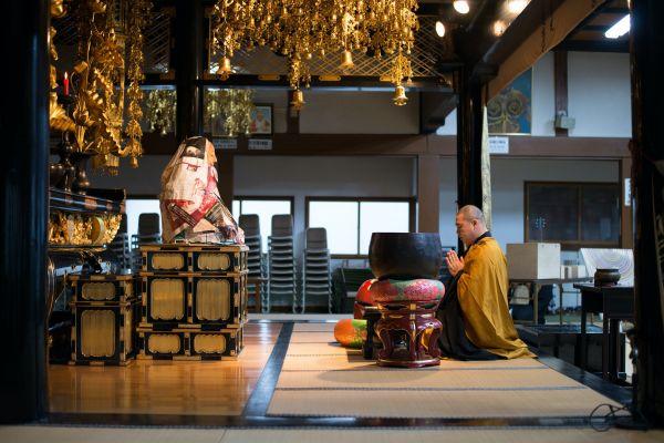 等身大の仏像を前に行われる法要