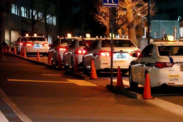 夜遅くなると、霞が関では公務員を待つタクシーの列が現れる=2019年1月11日午後10時48分、東京都千代田区、吉沢英将撮影