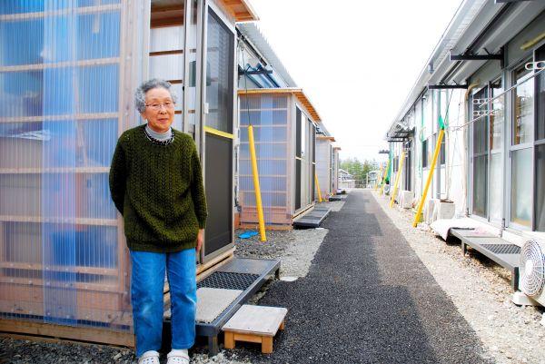 仮設住宅に住んでいた頃の岸チヨさん=2012年4月、福島市、前田基行撮影