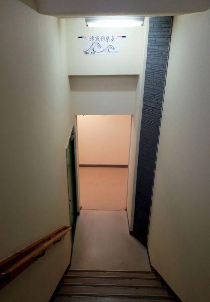 取材で訪れた高台の宿泊施設には津波で浸水した高さが表示されていた。施設関係者は「1階は水で浸水したんだ」と話した=2020年11月、宮城県女川町、三浦英之撮影