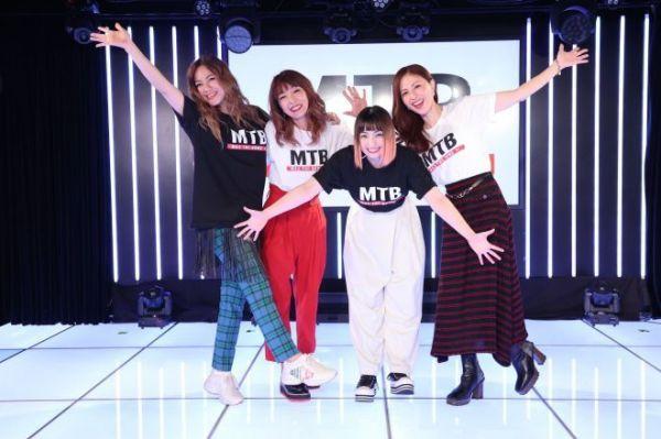 2020年10月、25周年イベント『MAX ONLINE LIVE MAX THE BOMB』で歌とダンスを披露したMINAさん(右から2人目)=本人提供