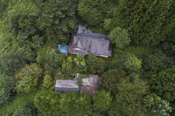 ドローンで空撮した福島県浪江町の津島地区。帰還困難区域に指定され、かつての住居や施設が草木に覆われたり廃れたりしてしまっている=野田雅也さん提供
