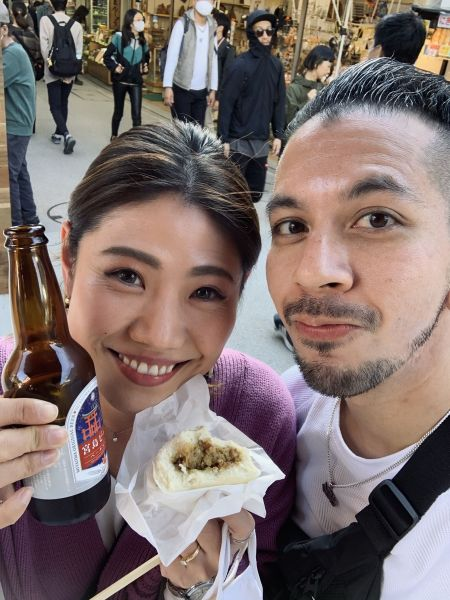 広島に旅行で記念撮影するロニーさんと朋奈さん