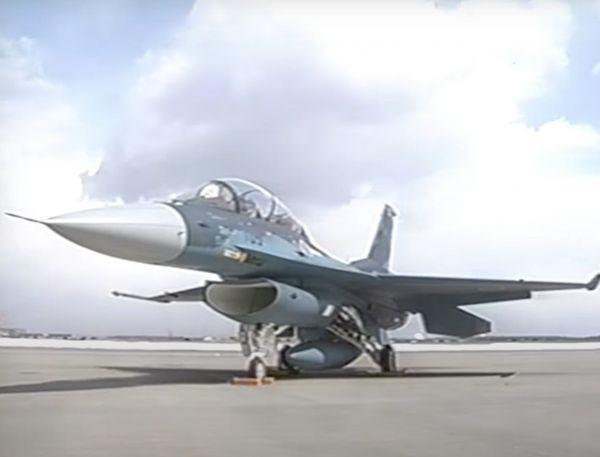 F2戦闘機=2001年