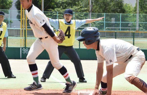 審判研修会で、手を横に勢いよく広げ「セーフ!」と声を上げる佐藤加奈さん(中央)。黄色いゼッケンは新人用