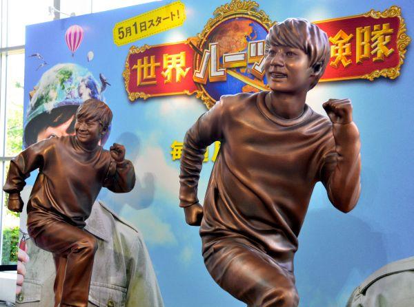 「世界ルーツ探検隊」のPRでテレビ朝日本社に設置された中丸雄一(右)と若林正恭の銅像=2017年4月25日