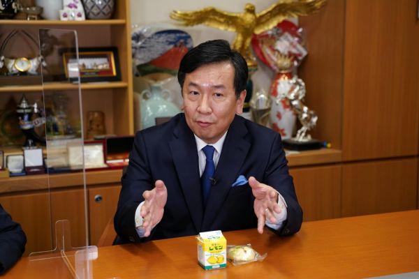 故郷の味「レモン牛乳」を前に話す立憲民主党の枝野幸男代表