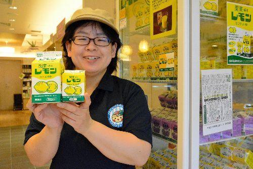 とちまるショップで販売されているレモン牛乳=墨田区押上1丁目、東京スカイツリータウン東京ソラマチ4階