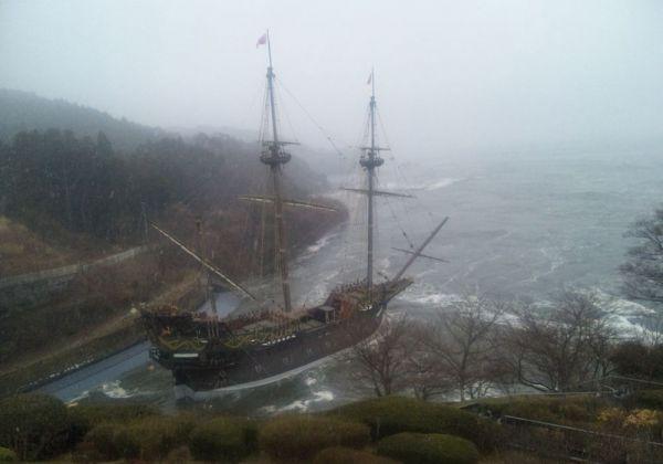 東日本大震災による津波にのみ込まれる木造船。船体を除く、周辺の展示物は、ほとんどが海へとさらわれてしまったという
