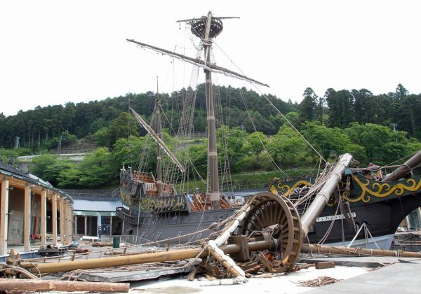 津波の襲来には耐えきったものの、強風により木造船のマストが破損。その後、カナダから提供された木材を使い、修復された