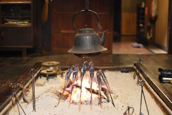 囲炉裏の周りは自然と人が集まる。焼いているのは岩手でよく食べられるドンコ