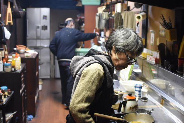 食事の準備は夫婦一緒に。手際よく支度していく。奥に見えるのが必需品の冷蔵庫