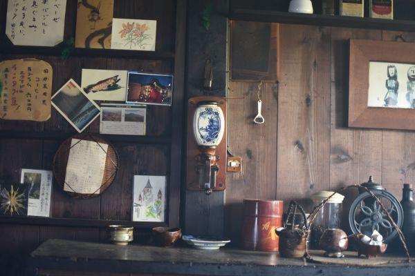 神戸で見つけたコーヒーミル(中央)は100年以上前のものという