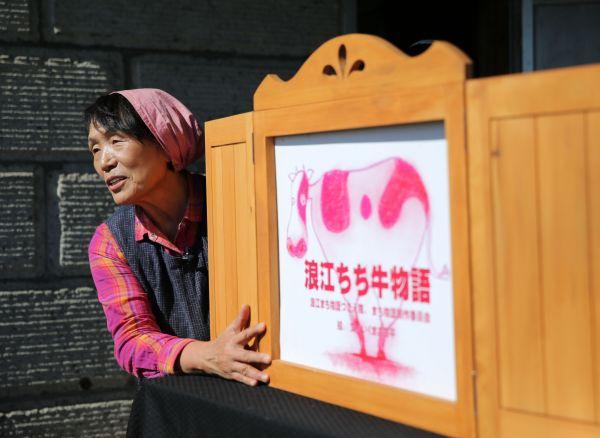 震災直後の状況を紙芝居で伝える石井さん=2020年10月、福島市、三浦英之撮影